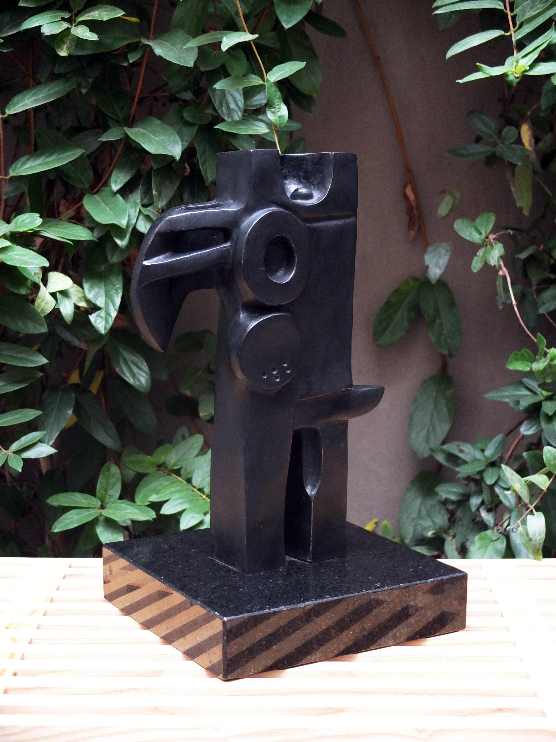 Bronce y pátina negra. 41 x 27.5 x 8 cm. 1997